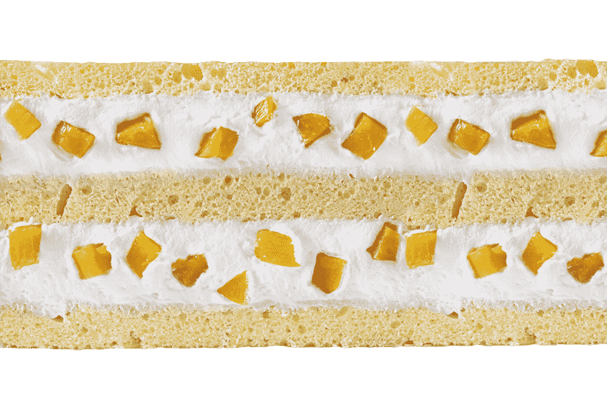 Бисквит со взбитыми сливками и кусочками фруктов