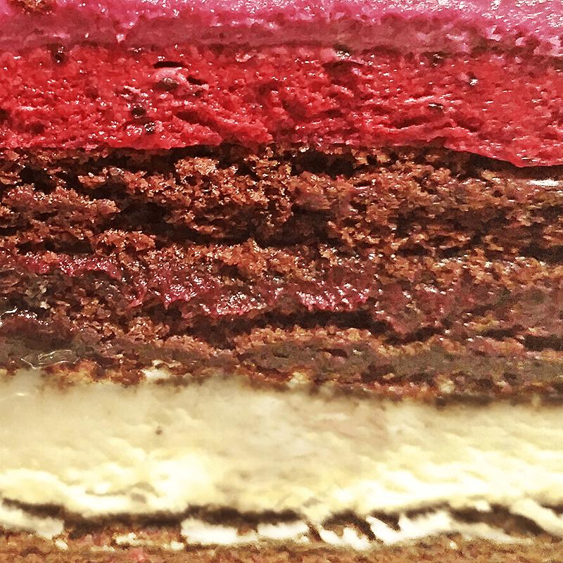 Лион (шоколадный бисквит с ванильным и черносмородиновым муссом, с ганашем из черной смородины)