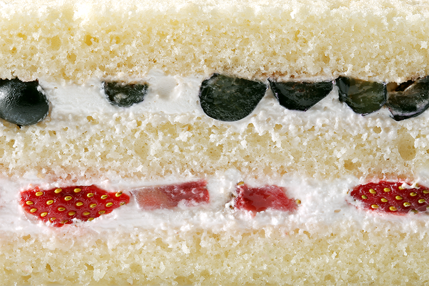 Бисквит со взбитыми сливками, с голубикой и клубникой