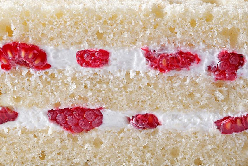 Бисквит со взбитыми сливками и малиной #33