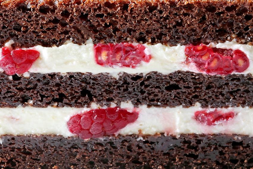 Шоколадный бисквит с кремом ганаш и малиной