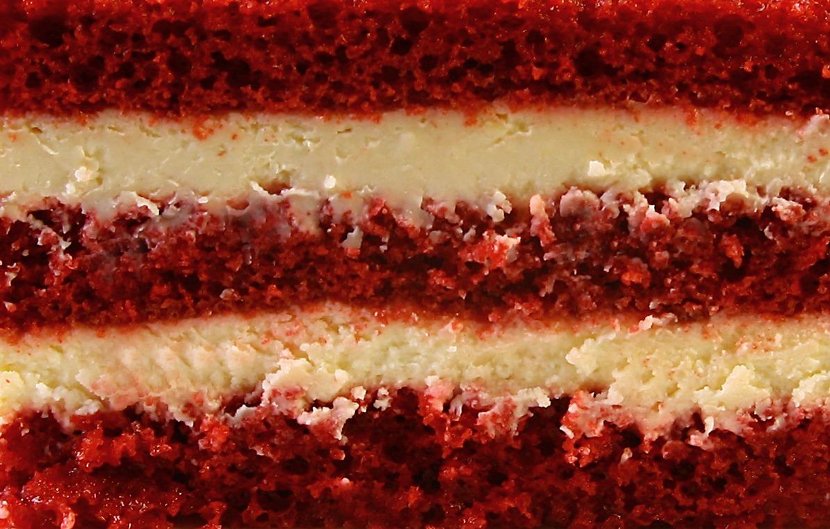 Сочный масляный бисквит цвета красного бархата в сочетании с кремом на основе сливочного сыра