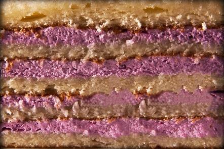 ЙОГУРТОВАЯ - несколько слоев классического бисквита, в сочетании с йогуртом, перемешанным с конфитюром на Ваш выбор: вишня, клубника, малина, черника или персик.