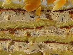 МИНДАЛЬНО-КАРАМЕЛЬНАЯ - слои миндального бисквита, пропитанного миндальным сиропом, с прослойками крема из сгущенки, грецкого ореха, шоколада. Можно добавить корицу или чернослив.
