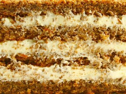 МОРКОВНЫЙ - несколько слоев нежного морковного бисквита с измельченным грецким орехом и прослойкой из крема на основе сливочного сыра.