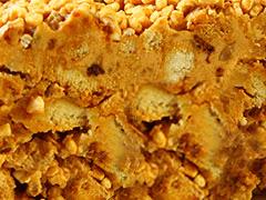 МУРАВЕЙНИК - кусочки хрустящего песочного теста, перемешанные с кремом, в состав которого входит сгущенка, сливочное масло и грецкий орех.