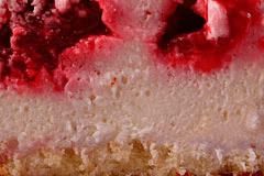 ТВОРОЖНО-СУФЛЕЙНЫЙ - один слой тонкого рулетного бисквита, ягодки малины и пышный слой нежной творожной массы.