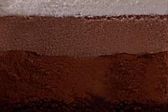 ТРИ ШОКОЛАДА - оригинальное сочетание трёх нежнейших муссов на основе белого, молочного и горького шоколада, с тонкой прослойкой шоколадного бисквита, пропитанного ликером Куантро.