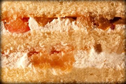 ФРУКТОВАЯ - слои тонкого бисквита, пропитанного фруктовым сиропом с кремом из натуральных взбитых сливок, бельгийского шоколада, сгущёнки с кусочками фруктов (свежезамороженная клубника и малина, консервированный ананас и персик).
