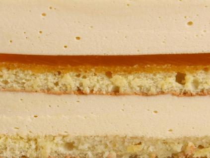 ЧИЗКЕЙК МАНГО-МАРАКУЙЯ - лимонный бисквит с шоколадом, пропитанный сиропом с добавлением ликера Куантро, прослойка конфи на основе пюре манго-маракуйя. Мусс из сливочного сыра, натуральных сливок и пюре манго-маракуйя.
