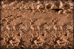 ШОКОЛАДНАЯ - несколько слоев шоколадного бисквита, пропитанного ликером Куантро либо сиропом, в сочетании с шоколадными сливками и вишневым конфитюром.