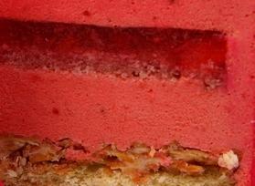 КЛУБНИЧНЫЙ МУСС - один слой тонкого рулетного бисквита и пышный нежный слой клубничной суфлейной массы.