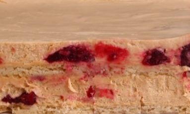 КРЕМ-БРЮЛЕ - миндально-песочные коржи в сочетании с муссом из карамелизированного бельгийского шоколада, натуральных сливок, с добавлением вишнёвого кули (желейная прослойка из томленных с сахаром ягод).